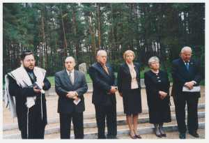 Реувен Ривлин у Мемориала в Румбуле