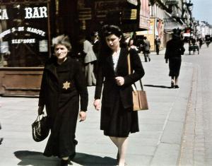 Еврейка на улице оккупированного Парижа foto http://aloban75.livejournal.com/