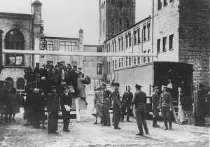 Евреи Рижского гетто прибыли к месту принудительного труда foto http://gendol.livejournal.com/