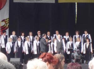 """dzied koris """"Šofar"""", diriģents un mākslinieciskais vadītājs - Josifs Cisers (koris tika nodibināts pēc K.Skorikas iniciatīvas) foto http://vitasart.3bb.ru/"""