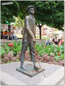Памятник З.Гердту в образе Паниковского foto www.photo.kievjournal.com