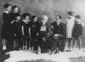 П.С.Столярский с начинающими скрипачами foto http://www.migdal.org.ua/