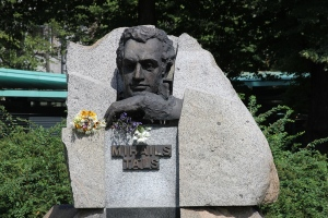 Памятник М.Талю в Верманском парке Риги foto www.own-way.me